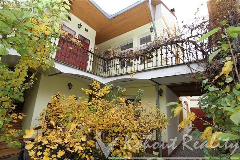 Exklusivně romantický činžovní dům z roku 1890, s 4-6x byty, historickou pavlačí a zahradou ve vnitrobloku, Praha 5, Smíchov