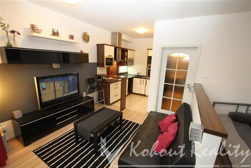 Exklusivně slunný, malý byt OV, 2+kk(38m2) + předzahrádka (37m2) + garážové stání, P10, Dolní Měcholupy