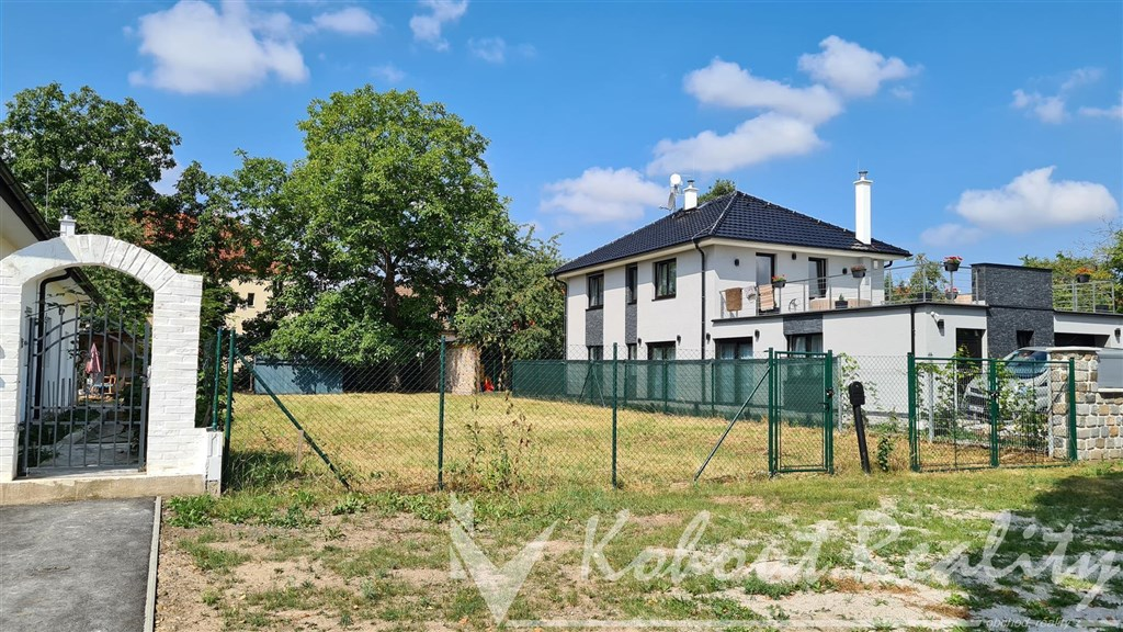 Exklusivně slunný, rovinatý, investiční pozemek o rozměrech 14m x 40m = 560m2, Praha 10, ulice Hostivař, ulice U Branek