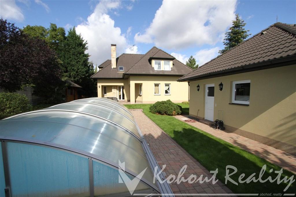 Exklusivně slunný dvougenerační rodinný dům o velikosti 6+1, 320m2+dvougaráž 50m2, pozemek, 972m2, Dolní Jirčany