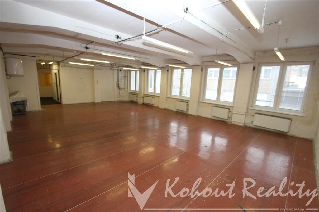 Obchodní či skladové prostory, 3x místností (možno rozdělit i na více) +2x příslušenství, 170m2, cihla, P-10, Strašnice