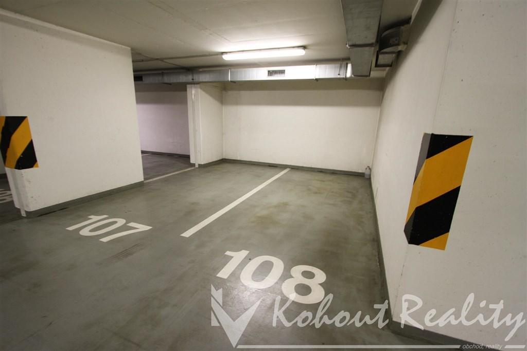 Exklusivně prostorné garážové stání 16m2, P10, Názovská