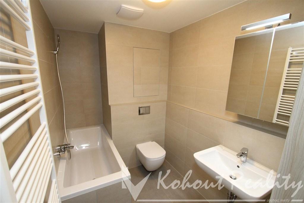 Exklusivní byt v novostabě 2+kk/L, 50m2 + garážové stání v domě P10, Uhříněves, ulice Oty Bubeníčka